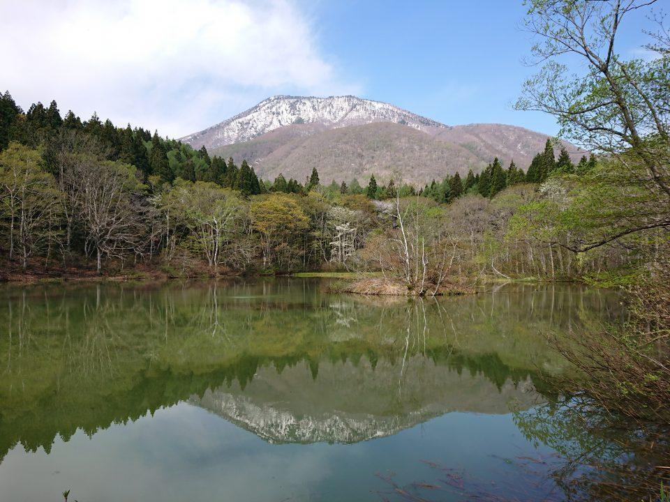 残雪の黒姫山と御鹿池